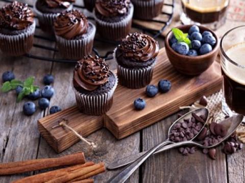 Očaravajući cupcakes sa čokoladom i kafom